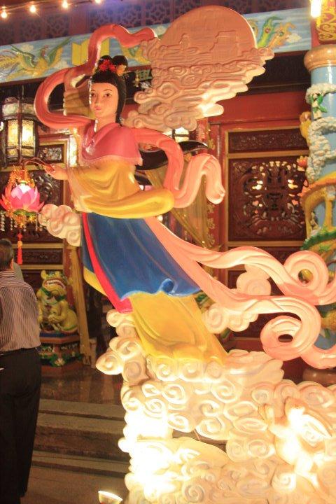 Sosok Dewi Bulan yang diilustrasikan dalam perayaan kue bulan di suatu kelenteng Manado
