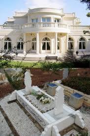 Rumah dekat kuburan