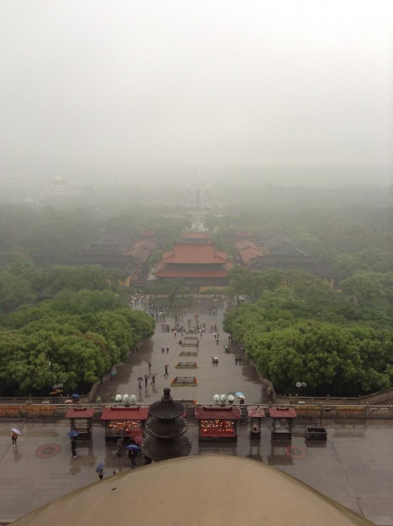 Pemandangan dari atas kaki patung Buddha raksasa