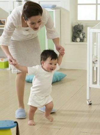 anak belajar berjalan